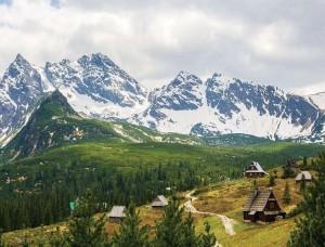 Tapet munţi înzăpeziţi şi o cabană - 10507