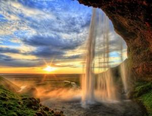 Cascadă minunată cu răsărit de soare în fundal - 13056